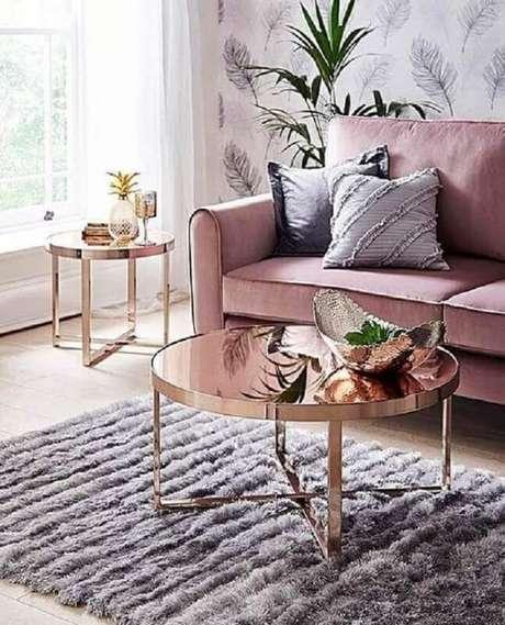 42. Mesa de centro redonda espelhada para decoração de sala com sofá rosa – Foto: Pinterest