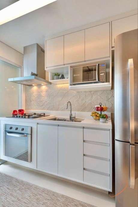 52. Cozinha com revestimento bege e armário branco – Foto Pinterest