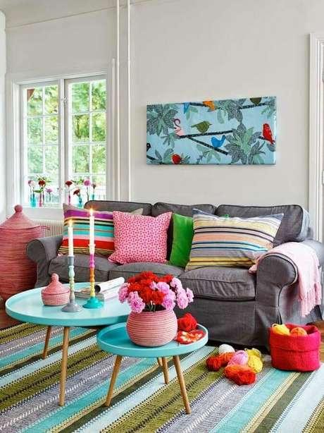 4. Escolha uma mesa de centro redonda que combine com o estilo da sala decorada – Foto: Pinterest