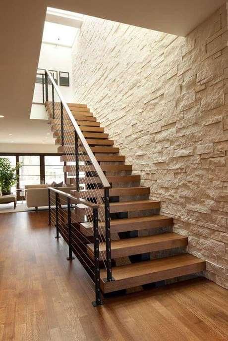 56. Escada com revestimento bege pedra canjiquinha – Foto Pinterest