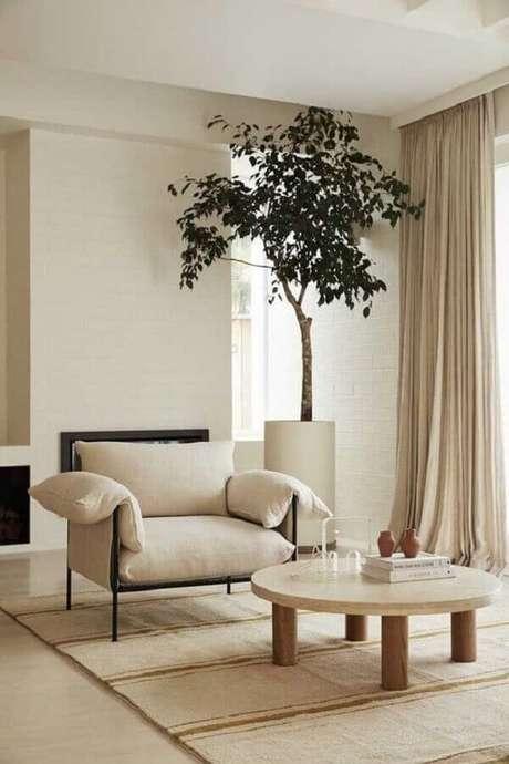1. Cores neutras para decoração de sala com mesa de centro redonda de madeira – Foto: Histórias de Casa