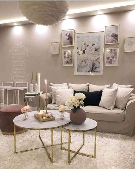40. Mesa de centro redonda dupla para decoração de sala sofisticada em cores neutras – Foto: Pinterest