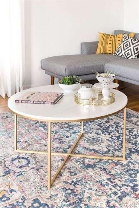 52. Sala decorada com sofá cinza com chaise e mesa de centro redonda – Foto: Jeito de Casa