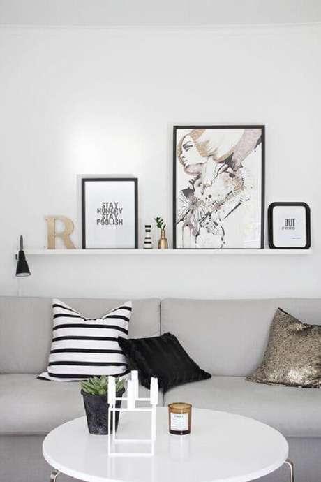 15. Decoração clean para sala com mesa de centro redonda branca – Foto: Pinterest