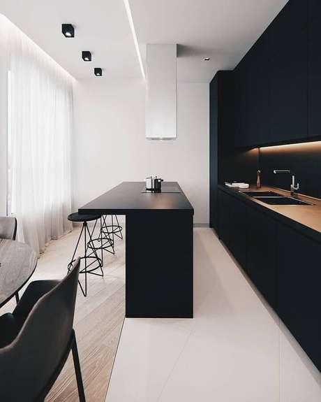 5. Decoração moderna para cozinha minimalista preta – Foto: SweetHomee