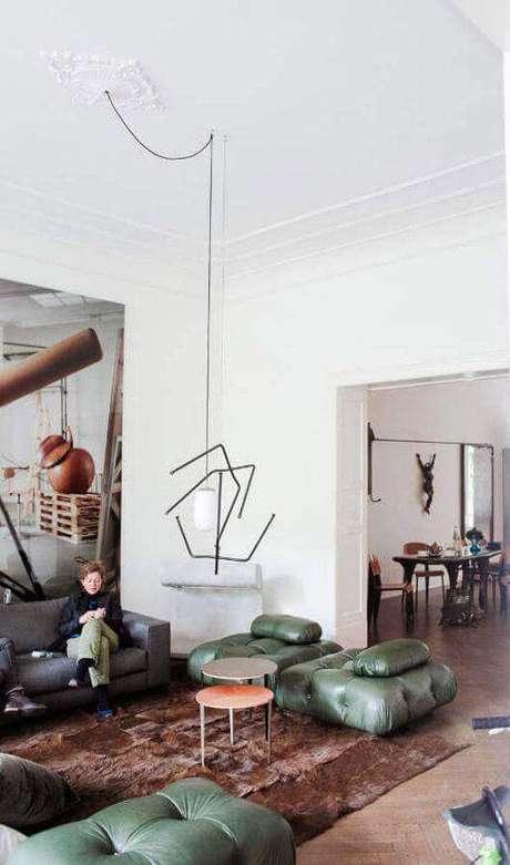 22. Decoração de sala com puff verde moderno e mesa de centro redonda – Foto: Pinterest