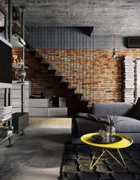 14. Decoração estilo industrial para sala com mesa de centro redonda amarela – Foto: Futurist Architecture