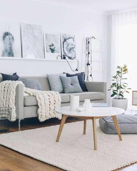 10. Decoração de sala cinza com tapete de crochê e mesa de centro redonda branca retrô – Foto: Pinterest