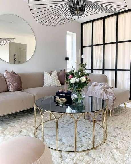 30. Modelo de mesa de centro redonda espelhada com estrutura dourada para decorar sala com sofá com chaise – Foto: Curated Interior