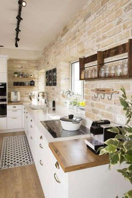 51. Cozinha branca com revestimento bege – Foto Arkpad