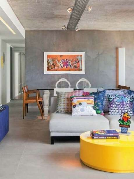 25. Mesa de centro redonda amarela para sala de estar decorada com estilo industrial – Foto: Histórias de Casa