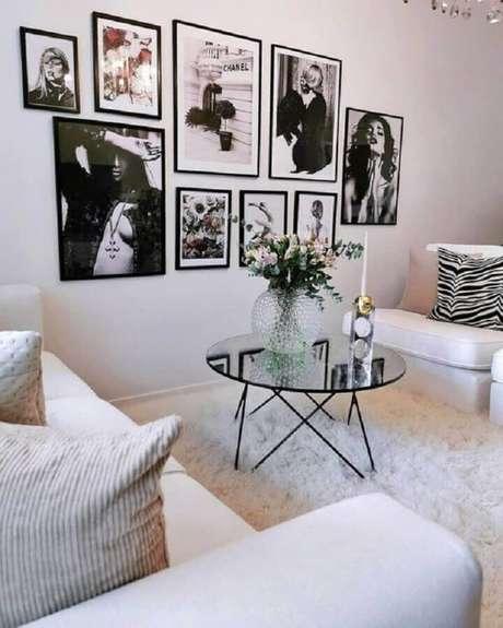 54. Mesa de centro redonda espelhada para decoração de sala branca com tapete felpudo – Foto: Interior by D