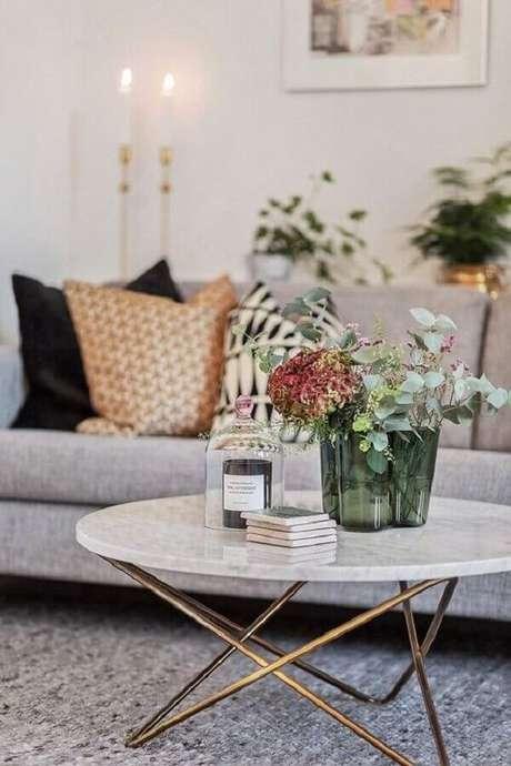 17. Decoração de mesa de centro redonda para sala – Foto: Apartment Therapy