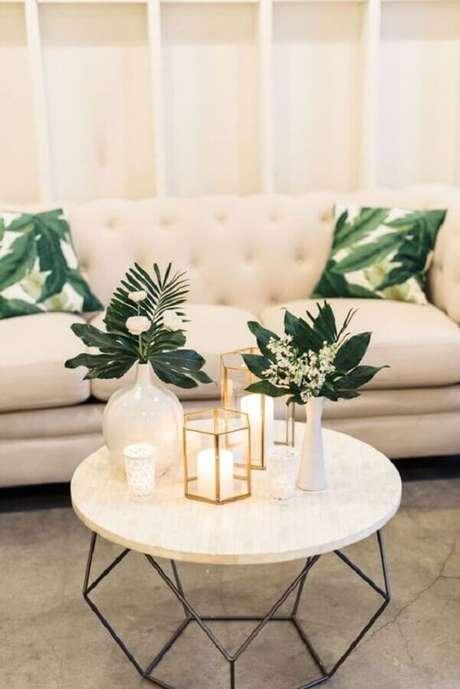 20. Decoração de sala com mesa de centro redonda aramada – Foto: Style Me Pretty