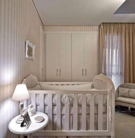 64. Quarto de bebê com papel de parede bege listrado – Foto Pinterest