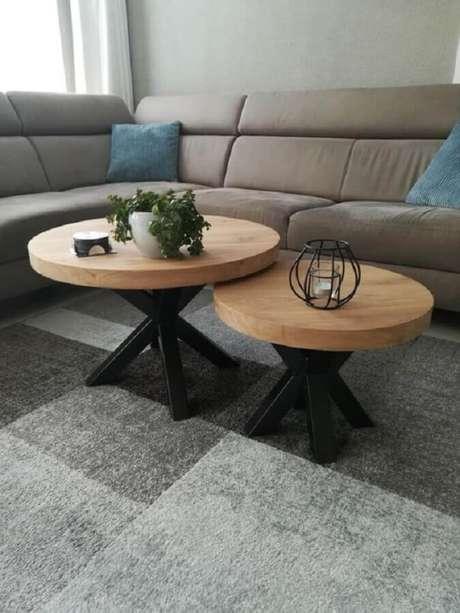 46. Mesa de centro redonda de madeira para sala de estar cinza decorada com sofá de canto – Foto: Casa de Valentina