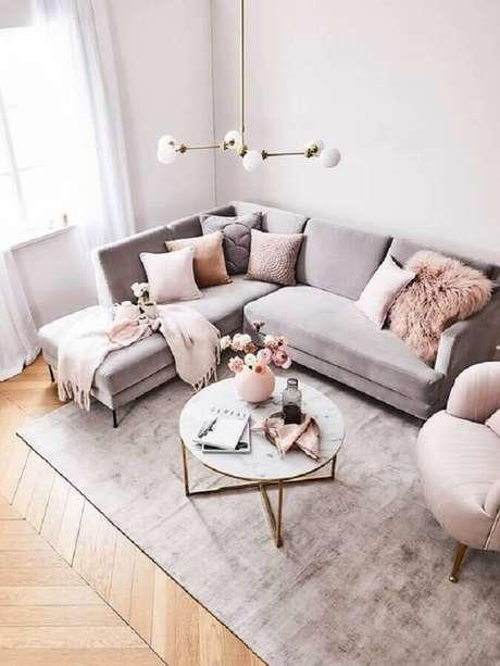 47. Sala cinza e rosa decorada com mesa de centro redonda – Foto: Decoholic