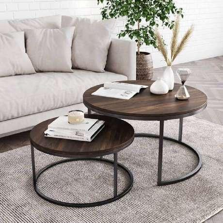 39. Sala de estar decorada com tapete cinza e mesa de centro redonda dupla – Foto: Pinterest