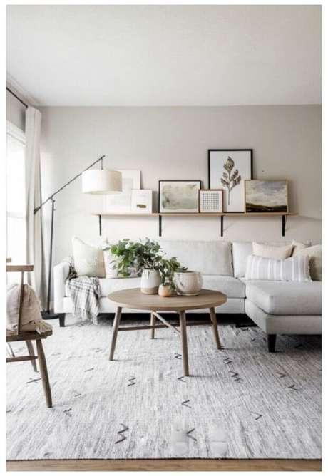 13. Sofá com chaise para decoração de sala com mesa de centro redonda retrô de madeira – Foto: Home Fashion Trend