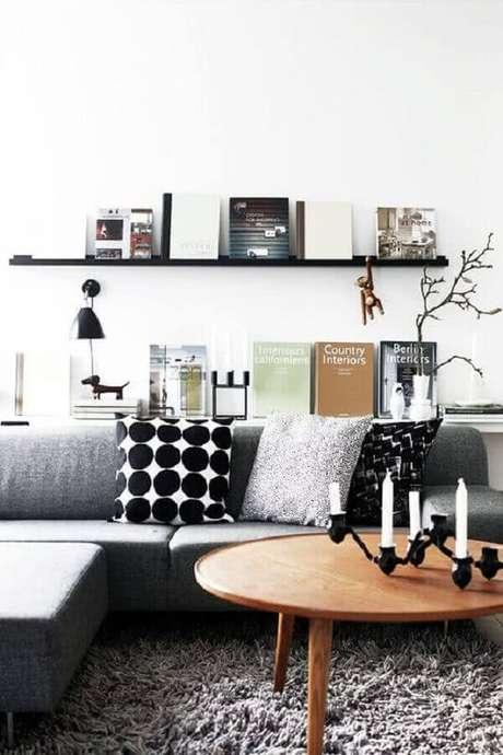 33. Mesa de centro redonda de madeira para decoração de sala cinza e branca – Foto: Futurist Architecture