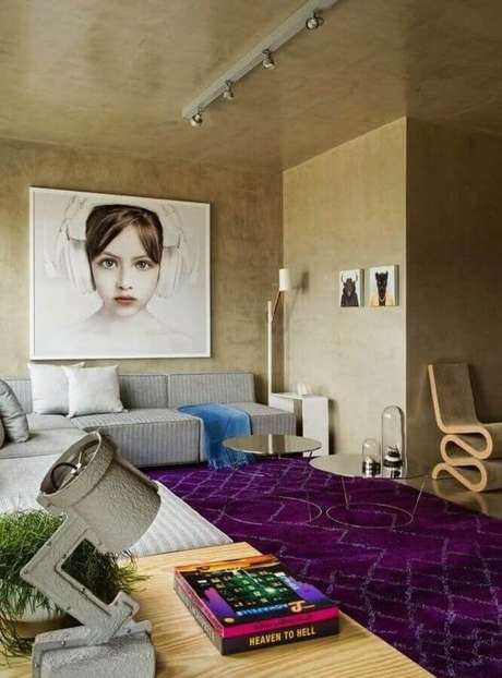 43. Sala moderna decorada com parede de cimento queimado e mesa de centro redonda espelhada – Foto: Archilovers
