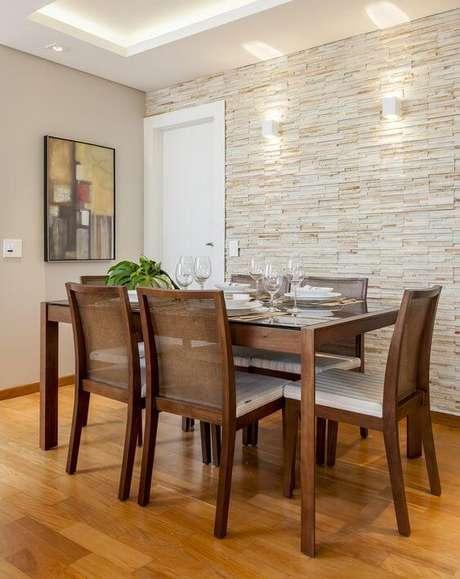 37. Sala de jantar com revestimento bege de canjiquinha – Foto Cristiane Schiavoni
