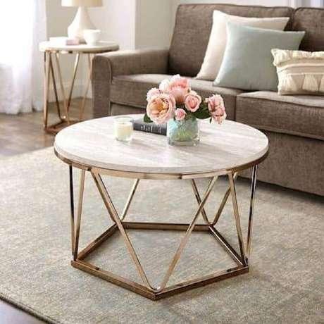 19. Decoração de sala com mesa de centro redonda aramada – Foto: Pinterest
