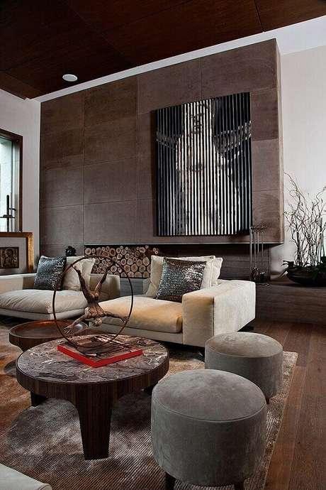 58. Mesa de centro redonda rústica para decoração de sala de estar moderna com puff cinza – Foto: Futurist Architecture