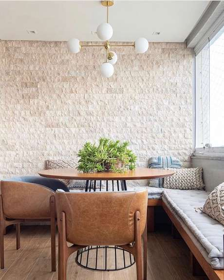 14. Revestimento bege na sala de jantar moderna – Foto Freshome