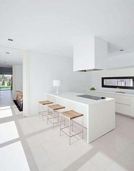 8. Decoração de cozinha minimalista branca com banquetas de madeira – Foto: ArqDrops