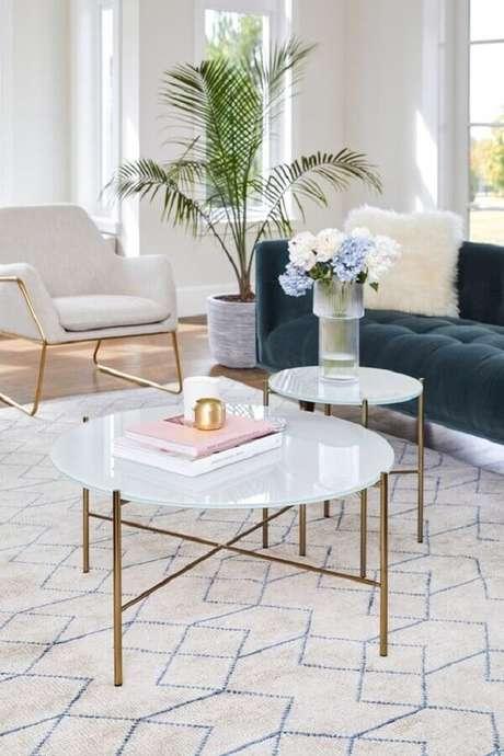 24. A mesa de centro redonda branca com pés dourados garante um ar sofisticado para a decoração – Foto: Article