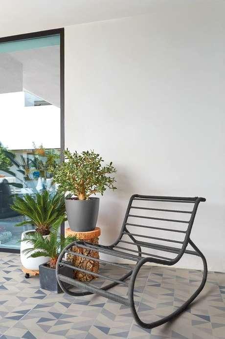 18. Cadeira para área externa de ferro balanço – Foto Pinterest