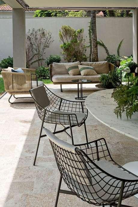 9. Cadeira de ferro para área externa preta – Foto Casa Vogue