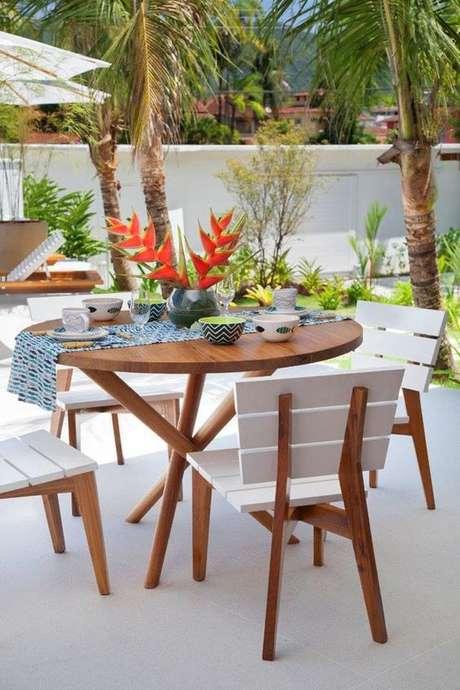 5. Cadeira para área externa branca com mesa de madeira – Foto Casa Vogue