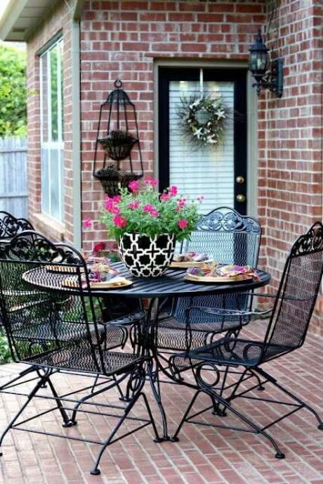 42. Mesa e cadeiras para área externa de ferro preta – Foto Pinterest