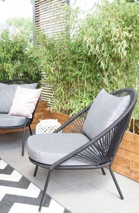 49. Cadeira para área externa com estofado cinza chique – Foto Sori Writes