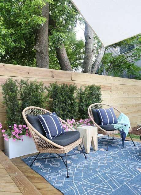 33. Conjunto de cadeira para área externa com estofado e almofada azul – Foto Sunny Circle Studio