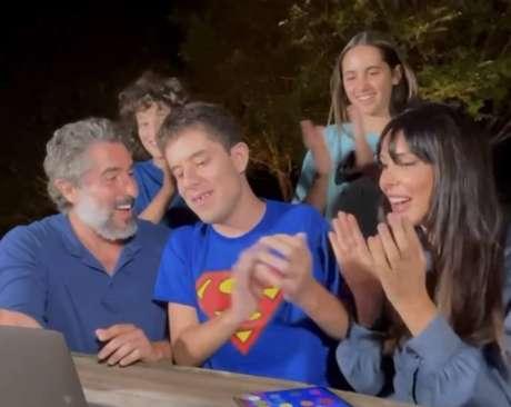 O apresentador Marcos Mion, o filho Romeu e família