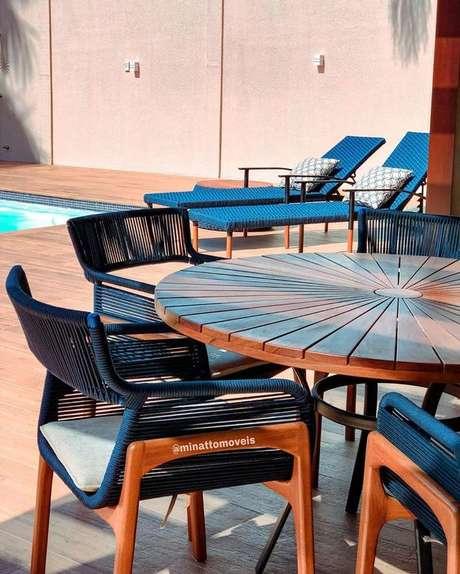 14. Cadeira para área externa azul de fibra – Foto Minatto Móveis