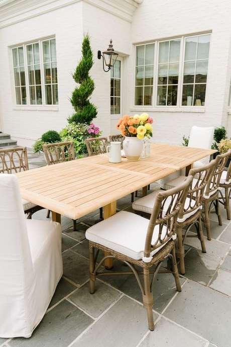 35. Conjunto de cadeira para área externa de madeira – Foto Rachel Parcel