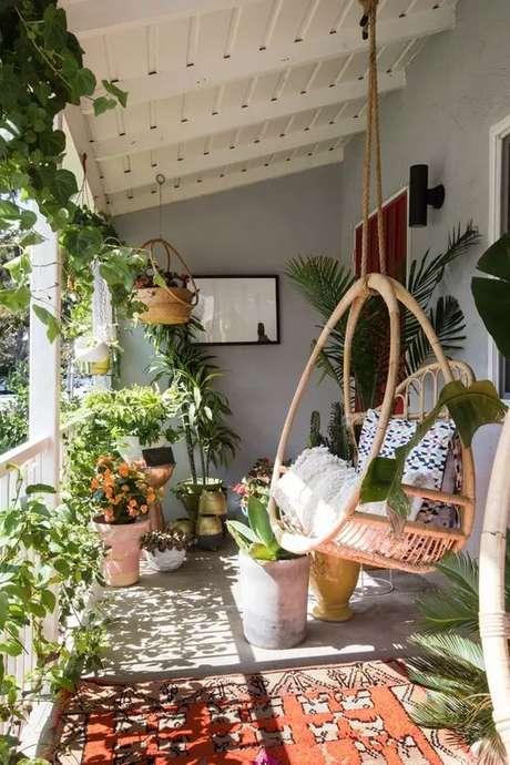 7. Cadeira de balanço para área externa de madeira – Foto Casa Voge