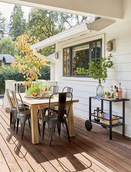 20. Cadeira para área externa de ferro preto com bar e mesa rustica – Foto Style by Emily Henderson