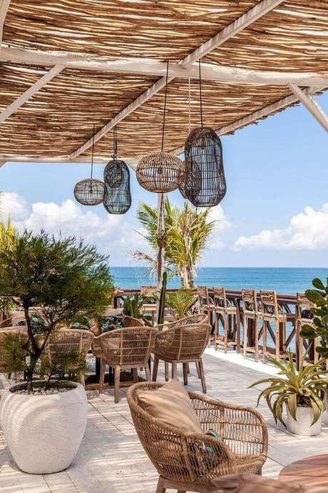 26. Cadeira para área externa de vime rústico – Foto Bali Interiors
