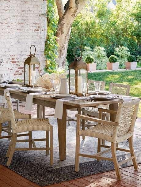 21. Cadeira para área externa de madeira e rattan – Foto Casa Tres Chic