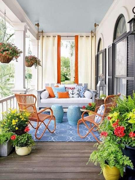 47. Varanda com cadeira para área externa de ferro laranja – Foto Pinterest