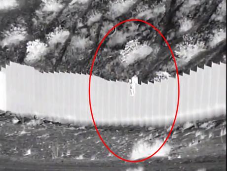 Câmera de vigilância flagrou meninas sendo jogadas de muro