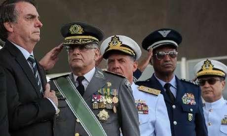 Jair Bolsonaro posa ao lado dos militares