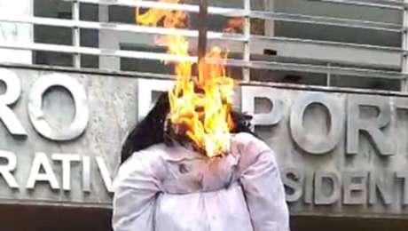 Torcedores do Cruzeiro queimam boneco representando o presidente do clube, Sérgio Santos Rodrigues
