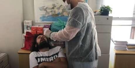 Cartolouco passou por série de exames após ser diagnosticado com Covid-19 (Reprodução/YouTube Cartolouco)