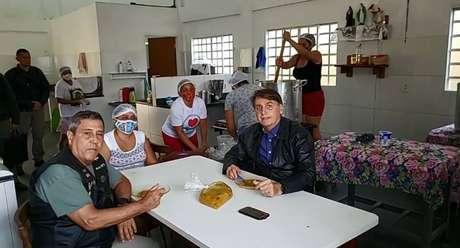 Bolsonaro fez a transmissão ao vivo durante uma visita ao Centro Social da Conferência Nacional dos Bispos do Brasil (CNBB), que distribui sopas em Itapoã, região administrativa do Distrito Federal.